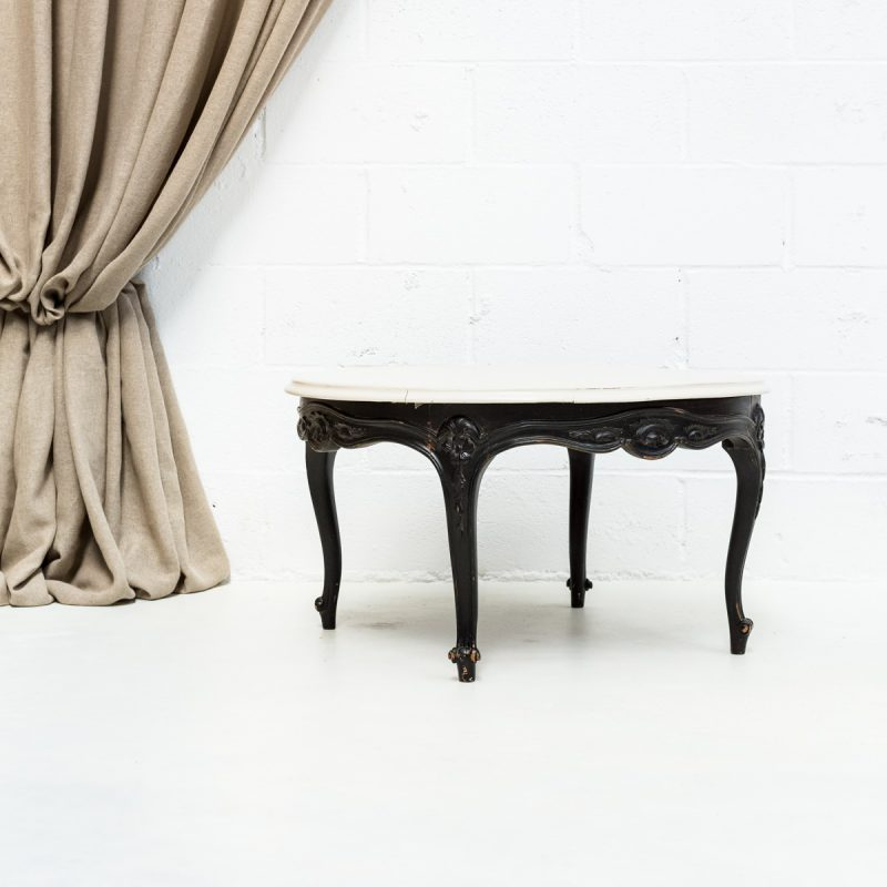 mesa de madera baja estilo afrancesado y romantico color blanco piedra y patas color negro