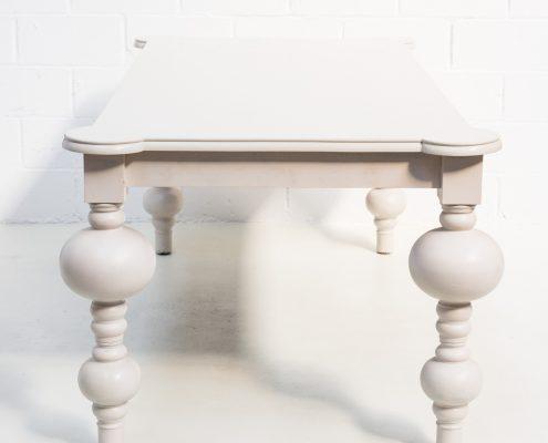 mesa de madera color claro estilo imperial y romantico