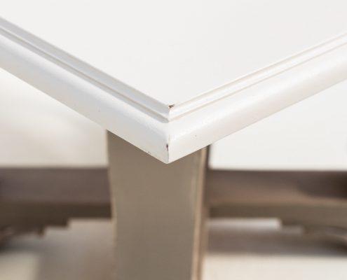 mesa de madera estilo romantico con tablaro cuadrado color blanco piedra y patas afrancesadas decapadas