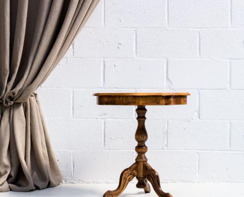 mesita auxiliar baja de madera con marqueteria estilo romantico vintage