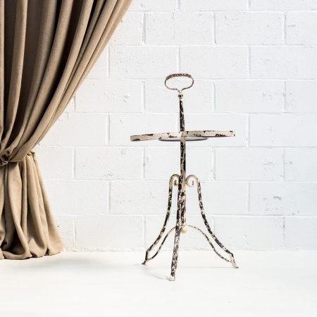 mesa de forja estilo afrancesado y romantico con forma de flor y acabado envejecido