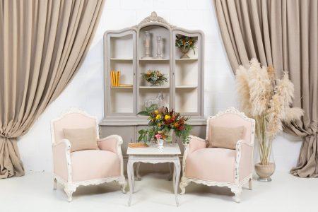 rincon con vitrina vintage estilo romantico con dos butacas color rosa