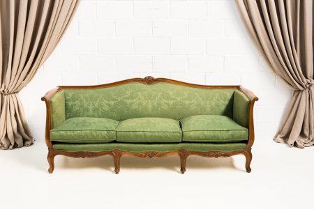 Muebles vintage en Madrid, como este sofá estilo luis xv color verde