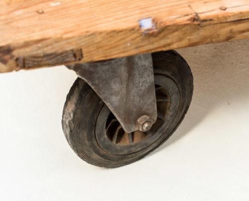 mesa-baja-sofa-vintage-industrial-ruedas-madera