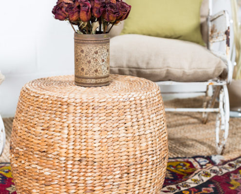 rincon-sillones-butacas-vintage-hierro-mesa-baja-flores-decoracion-alfombras-yute