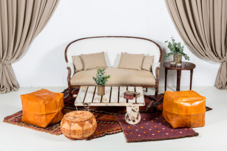 rincon-sofa-bohochic-mesa-baja-flores-decoracion-alfombras-puf-taburete