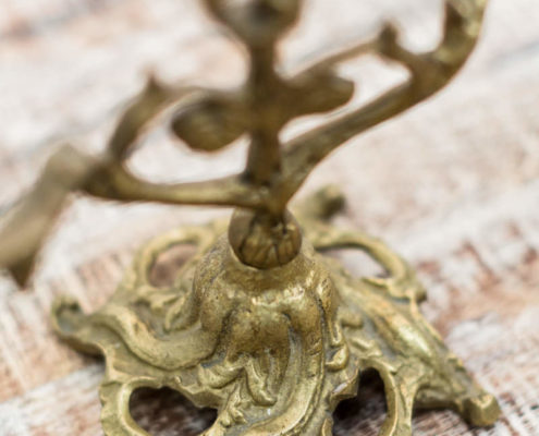 candelabros-cobre-metal-antiguos-vintage-decoracion-atrezzo-velas