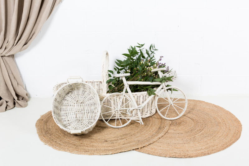 cesta-mimbre-blanco-antigua-vintage-decoracion-atrezzo