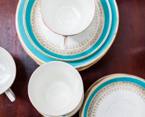 porcelana-antigua-vintage-flores-blanco-turquesa-decoracion-atrezzo
