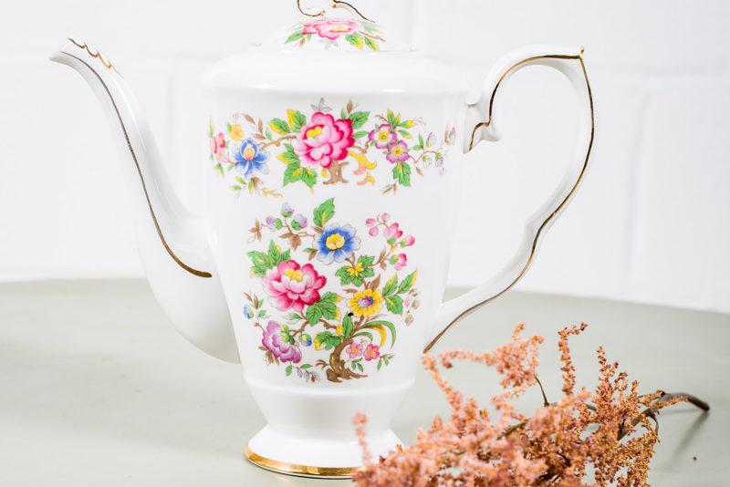 tetera-antigua-porcelana-vintage-flores-dorada-decoracion-atrezzo