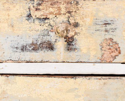 escritorio de madera estilo vintage decapado con cajones