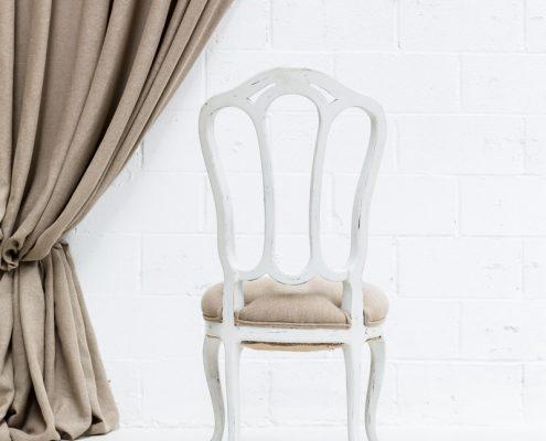 silla de madera vintage blanco decapado y asiento en lino color natural