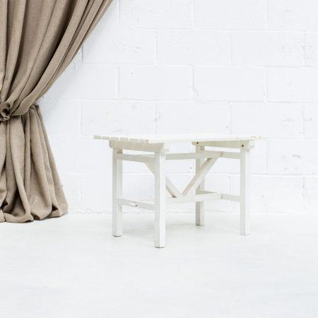 Decoración vintage con banco blanco de madera estilo nórdico.
