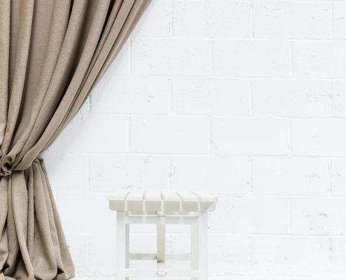 banco blanco de madera estilo nordico