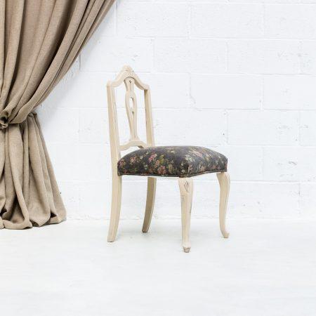 Decoración romántica de bodas con silla de madera estilo vintage con asiento en tela estampada con flores.