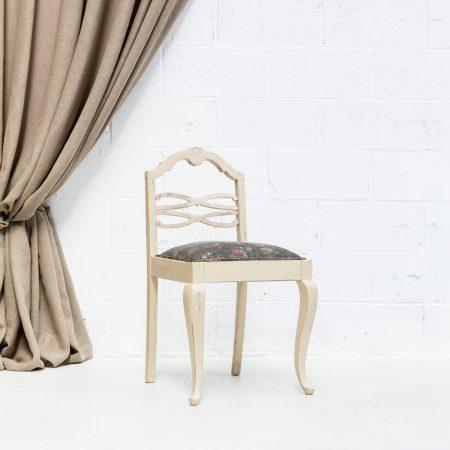 Decoración original de bodas con silla de madera estilo vintage con asiento en tela estampada con flores