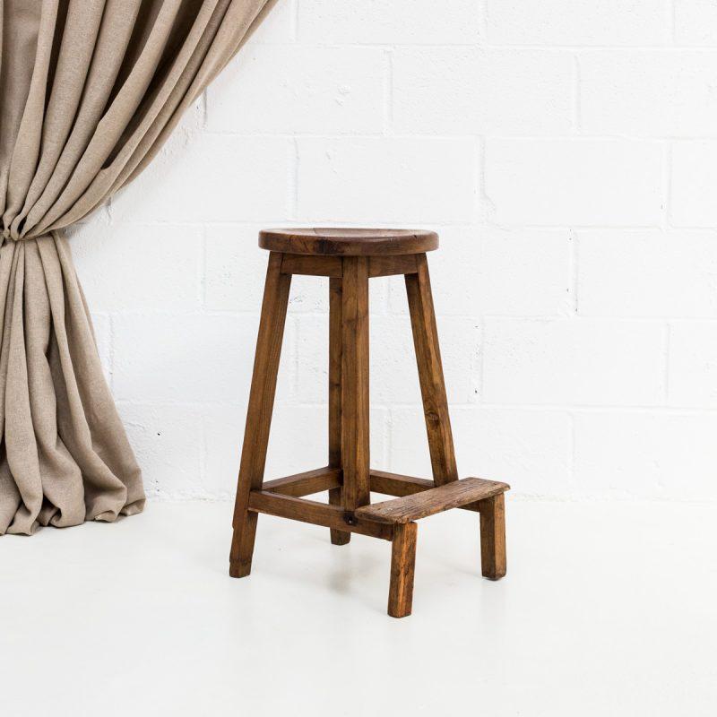 Decoración original de eventos con taburete alto de madera estilo rústico vintage