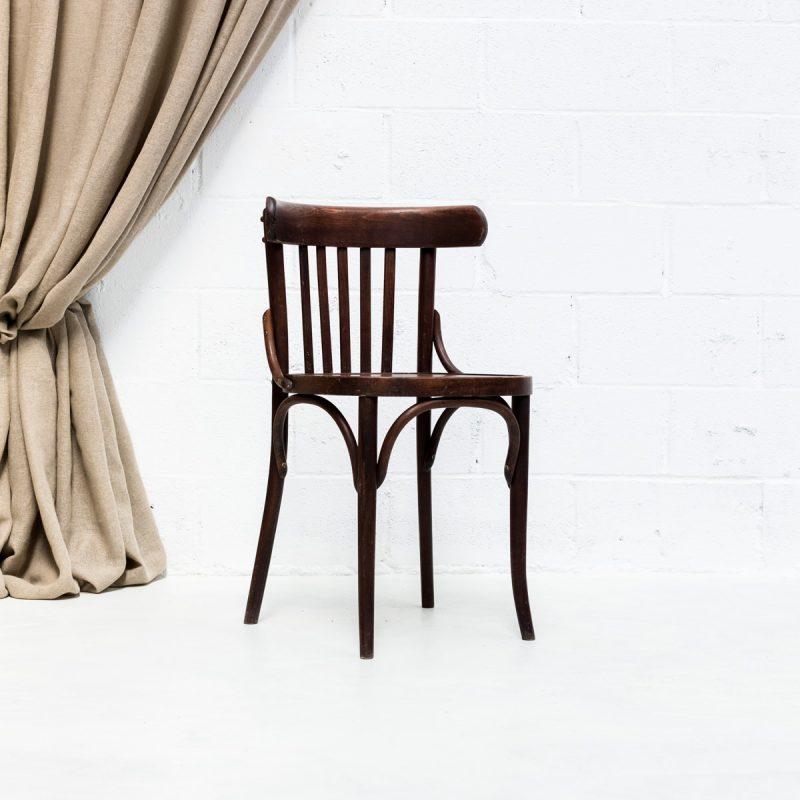 Decoración vintage de bodas con silla bistro vintage de madera color marron