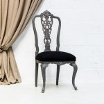 Decoración de rincones con silla antigua vintage de madera con respaldo alto en color gris