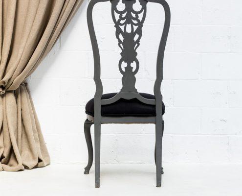 silla antigua vintage de madera con respaldo alto en color gris oscuro