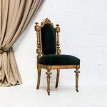 Mobiliario romántico en Madrid, silla estilo luis xvi color dorado envejecido y tapizado en terciopelo verde.