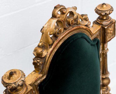 silla estilo luis xvi color dorado envejecido y tapizado en terciopelo verde botella