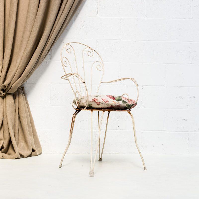 Decoración original de bodas en Madrid con esta silla romántica de forja estilo afrancesado en color blanco