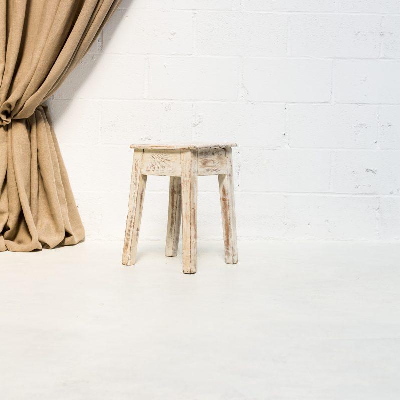 Decoración vintage de eventos en Madrid con taburete bajo de madera en color blanco decapado