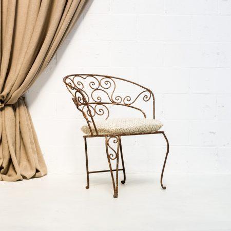 Decoración de bodas en Madrid con silla de forja estilo afrancesado en color marrón y cojín.