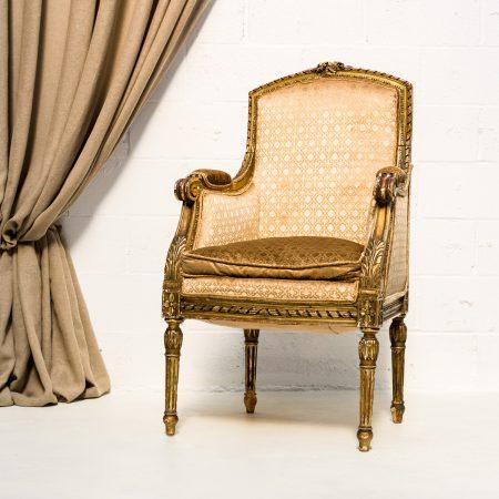 Decoración original de bodas en Madrid con este sillón vintage en color dorado.