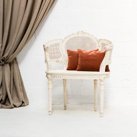 Decoración romántica de bodas, sillón dos plazas estilo romántico de mandera y rejilla color blanco