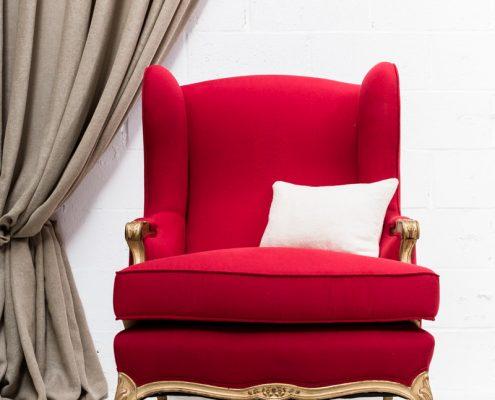 sillon butaca vintage de color rojo y madera en dorado envejecido