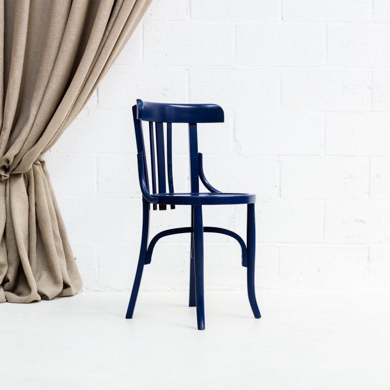 Decoración vintage de bodas en Madrid, silla bistro de madera color azul