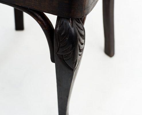 silla vintage de madera color oscuro estilo rustico