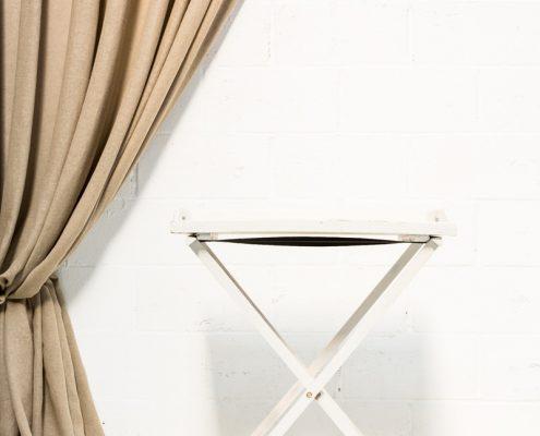 mesa auxiliar de madera plegable y de color blanco decapado