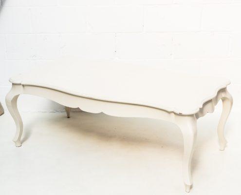 mesa baja de madera color claro estilo romantica y vintage