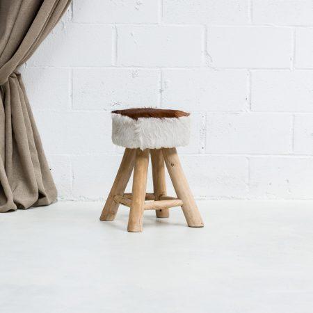 Decoración original de bodas con este taburete estilo nórdico con asiento en piel de cabra