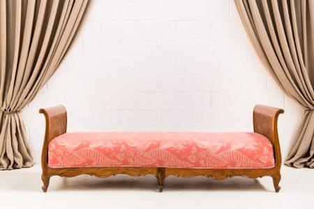 Decoración original de bodas, diván vintage de madera y rejilla tapizado en tela estampada salmón