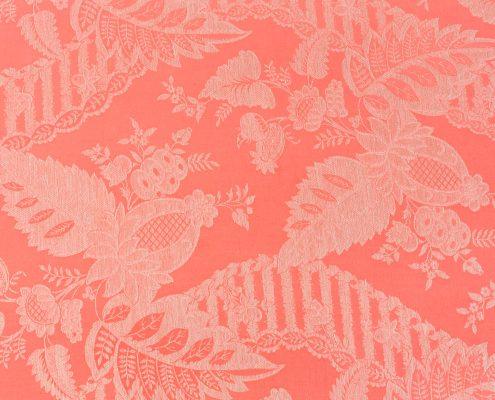 cama divan antigua de madera y rejilla tapizado en tela estampada color salmon grisaceo