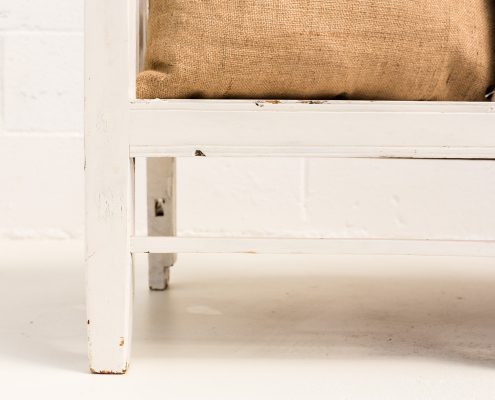 banco antiguo de madera color blanco