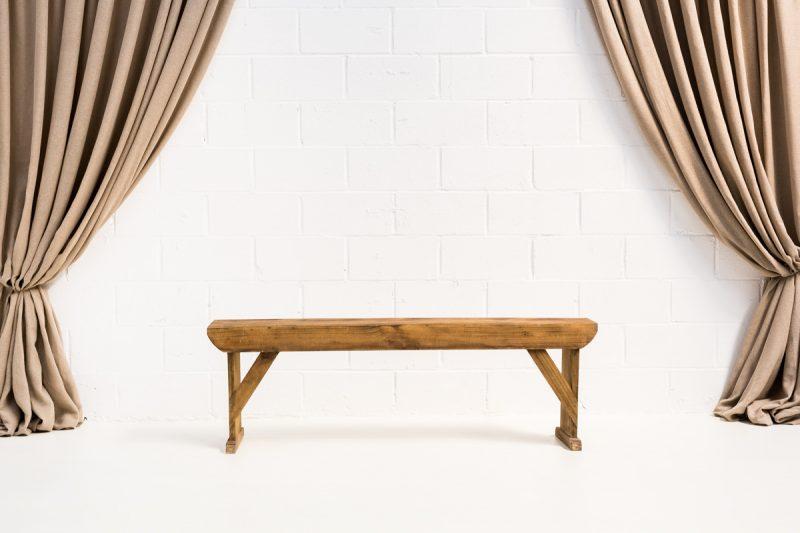 Decoración vintage de eventos con este banco estilo nórdico de madera lavada