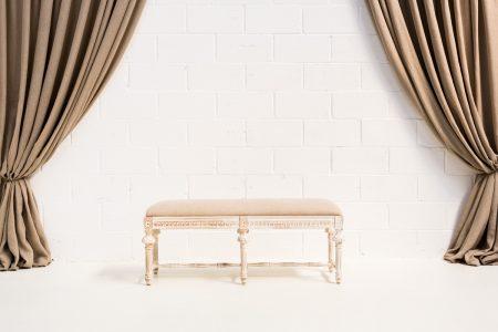 Decoración romántica de bodas en Madrid con este banco estilo romántico de madera color blanco decapado y asiento en lino
