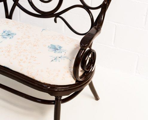 sofa banco antiguo dos plazas estilo thonet con asiento en tela estampada y aire romantico y vintage