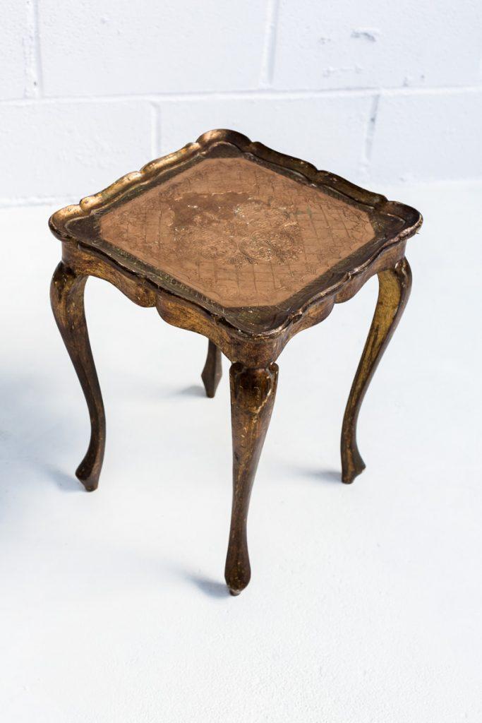 Mesita massa memorias del ayer alquiler mobiliario - Mesa auxiliar dorada ...