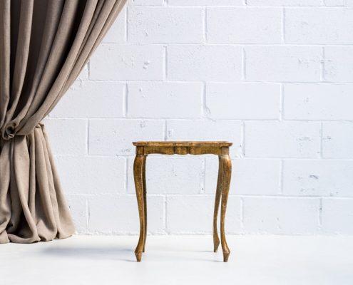mesita auxiliar pequeña y baja color dorado estilo romantico vintage