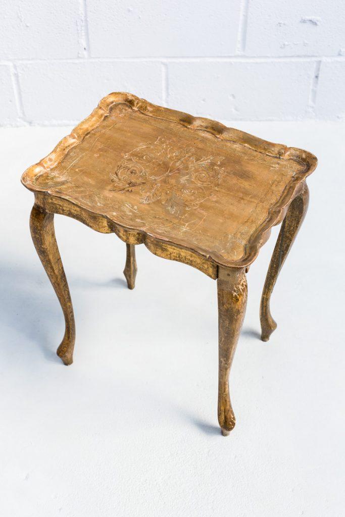 Mesita sorano memorias del ayer alquiler mobiliario - Mesa auxiliar dorada ...