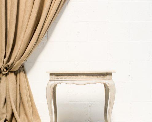 mesita auxiliar de madera color blanco piedra estilo afrancesado