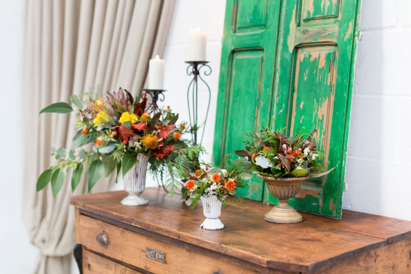 rincon con comoda antigua estilo rustico y romantico con marco gris y flores