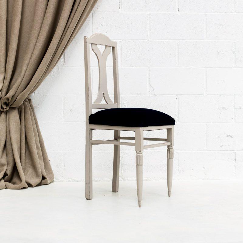 Muebles Vintage - Silla de madera vintage con asiento tapizado en terciopelo color azul marino.