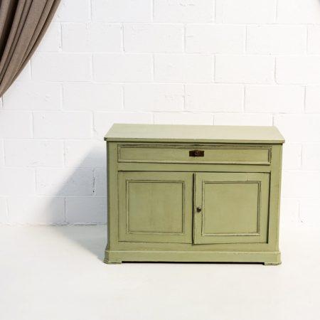 Decoración de rincones en Madrid con esta cómoda de madera color verde